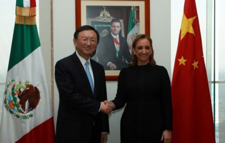 Mexico's Foreign Minister Claudia Ruiz Massieu and Chinese State Councilor Yang Jiechi on Dec. 12, 2016.  (Photo from Reuters)